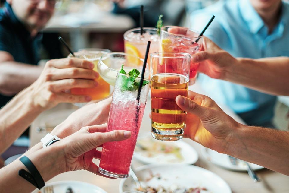 Дринкорексия: защо толкова много млади жени прескачат хранене, за да спестят калории за алкохол