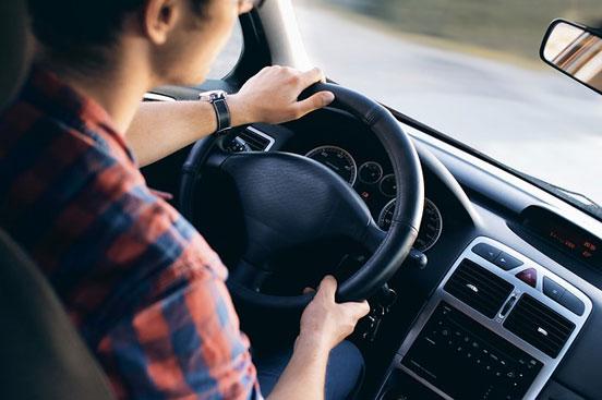 Младите шофьори, употребяващи канабис, са в по-висок риск да катастрофират през първите поне 5 часа